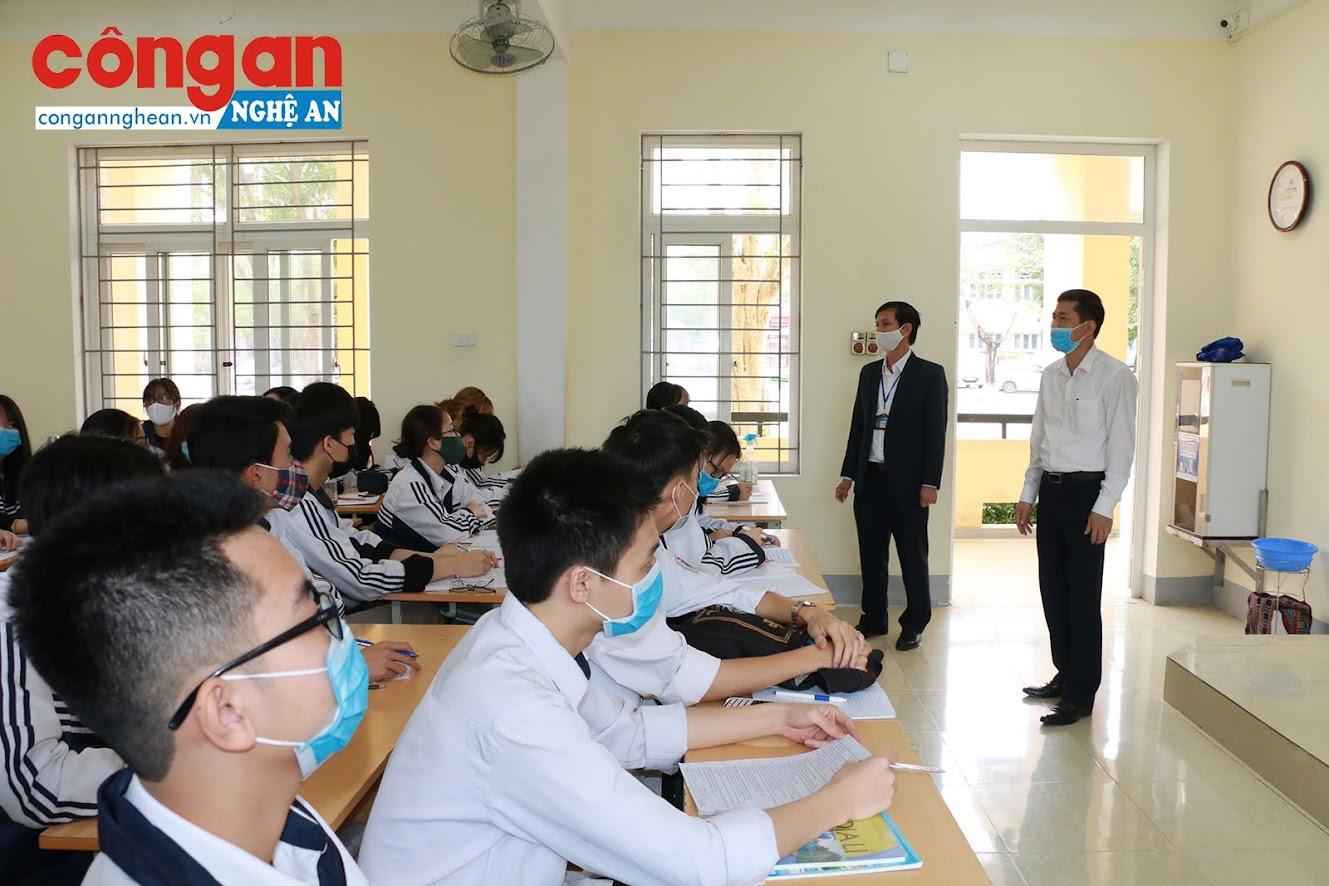 Trong sáng nay, lãnh đạo Sở giáo dục và Đào tạo Nghệ An cũng đã đi kiểm tra công tác giảng dạy tại một số trường trên địa bàn