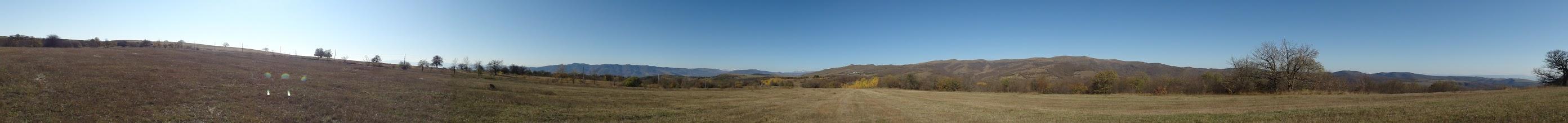 Photo: Widok z drogi Orbeti - Didi Toneti. Od lewej na horyzoncie od południa poczynając:  1. pasmo ze szczytami Lalvar (2556 m. n.p.m., odległość 61 km) i Ledzhan (2530 m. n.p.m.) w Armenii oraz niższa część tego pasma na granicy armeńsko-gruzińskiej, 2. dużo bliżej położony Grzbiet Bedeni (1951 m. n.p.m.), 3. Pasmo Abul-Samsarskie (ośnieżone, odległość ok. 70 km), 4. odnoga Grzbietu Trialeckiego (1792 m. n.p.m., znowu bliżej), 5. najwyższa część Grzbietu Trialeckiego ze szczytem Ardzhevani (2759 m. n.p.m., odległość 44 km), 6. Grzbiet Kartalinia (w jego obniżeniach po prawej w dali widoczny ośnieżony główny grzbiet Kaukazu).