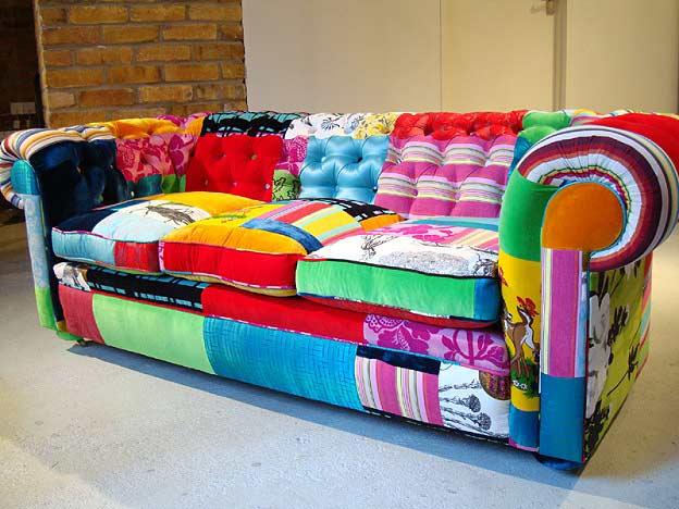 Яркий диван из разных обивок, Омебли