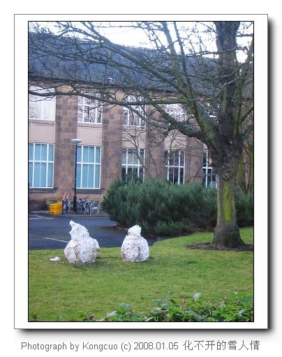 爱丁堡大学校园内的两个雪人