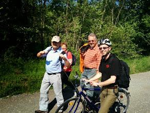 Photo: Kaplan Joseph, unser neuer Wallfahrtsleiter Gerhard Schuster, Pfarrer Markus Beranek mit dem Rad. Und hinten lugt Friedl V. hervor.