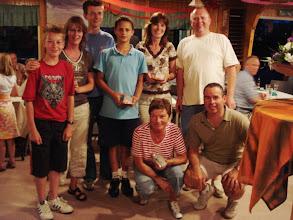 Photo: Foto: Henk Biel. De winnende groep van de pubquiz tijdens de jubileum dag op 2 juni 2007