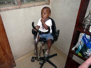 Photo: ce petit inaugure un fauteuil de coiffure qui vient d'arriver avec bien d'autre matériel à l'école de coiffure de Lokossa. Les salons normands auront encore une longue vie au Bénin !