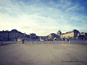 Photo: Place d'Armes - e-guide balade à vélo dans Versailles et son parc par veloiledefrance.com