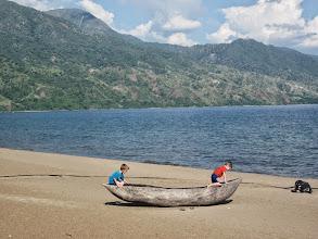 Photo: Vissers maken hun bootjes van uitgeholde boomstammen