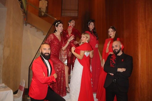 Roberto Curralef y Sergi Regal junto a las modelos que participaron en la pasarela que presentó el prestigioso diseñador.