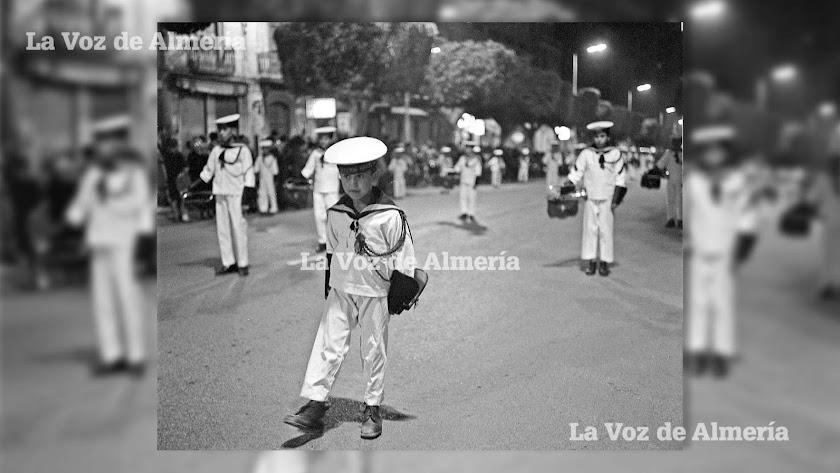 Banda de cornetas y tambores de los Flechas Navales desfilando con la hermandad de Estudiantes en 1967.