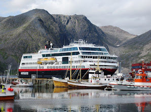 Photo: Hurtigruten -risteilyalus Honningsvågin satamassa