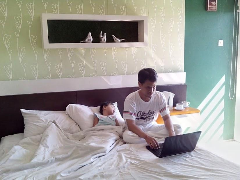 Terkadang, staycation dilakukan karena pekerjaan masih banyak. Tak apa. Toh hotel juga menyediakan fasilitas untuk bekerja.
