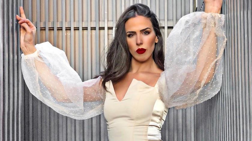 Lucía Abascal con un modelo de Sergi Regal.