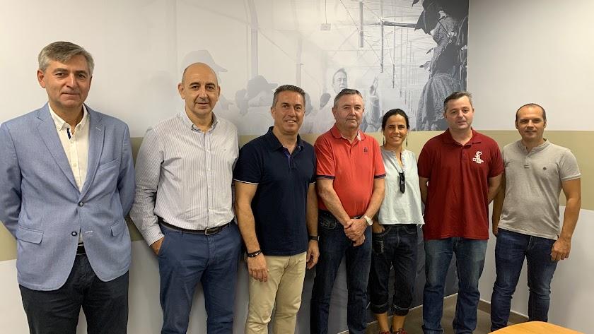Representantes de Grupo La Caña y Koppert tras la firma del acuerdo.