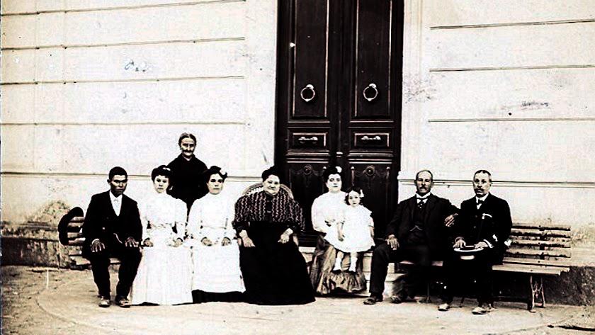 Cecilio Rodríguez  junto con su esposa, hijos y personal de servicio, en la casona, en una foto del Museo de Terque.