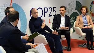 Julián Barquín, experto en Regulación de Endesa (en el centro de la imagen), en la mesa redonda.
