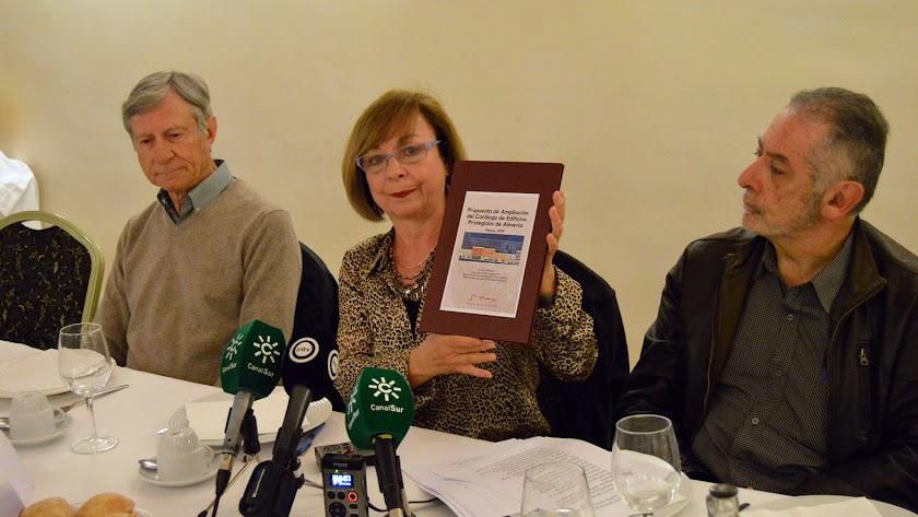 María Teresa Pérez con la propuesta de ampliación junto a Juan Díaz y Alfonso Ruiz