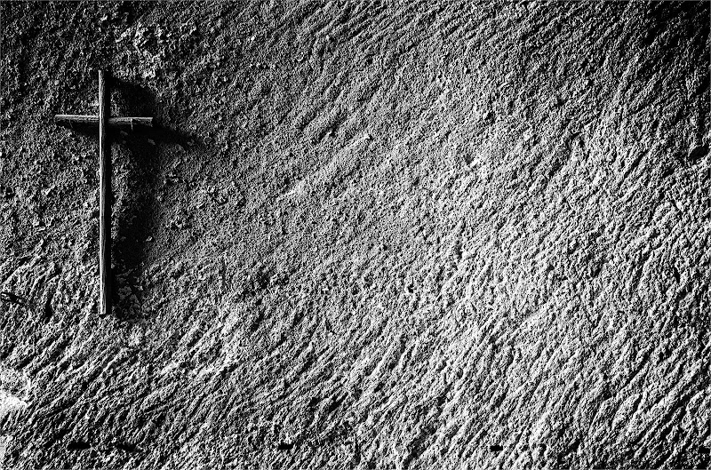 il muro e una semplice croce di Giovi18