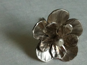 Photo: Werk: Zilverbloempje van Trienke van der Spek - FluXus docente Suzanne van Oirschot