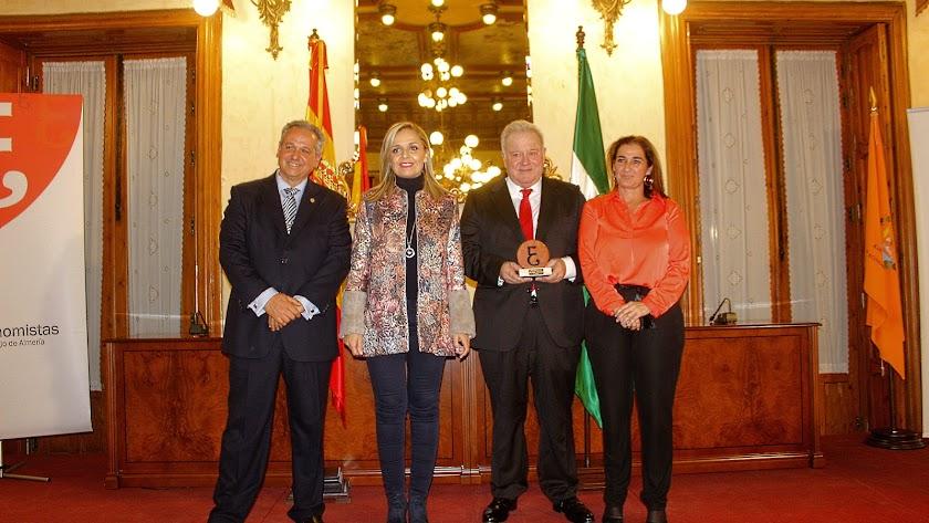 Carlos Jesús Cano, Maribel Sánchez, José Antonio Santorromán, galardonado; y Ana María Moreno.