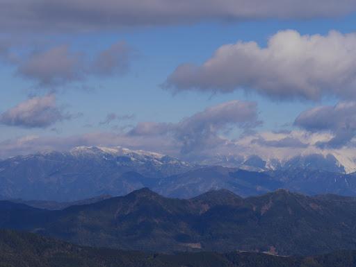 右の雲の中に木曽御嶽山