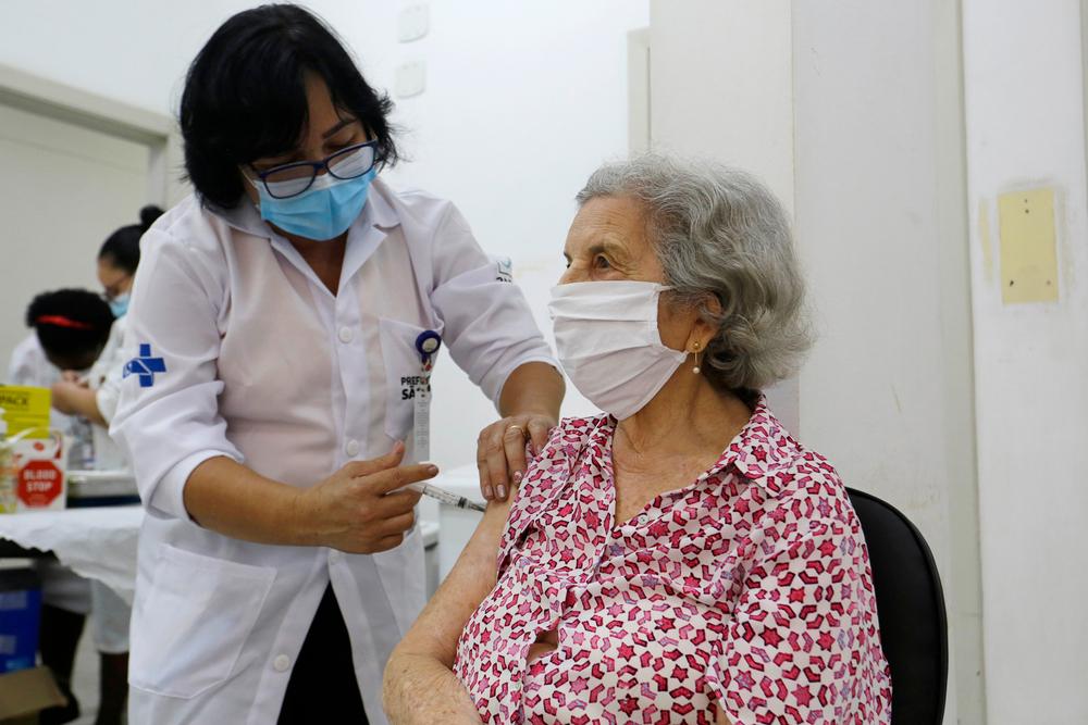 Vacinas aplicadas pelo SUS passaram por testes clínicos e aprovação da Anvisa. (Fonte: Nelson Antoine/Shutterstock)