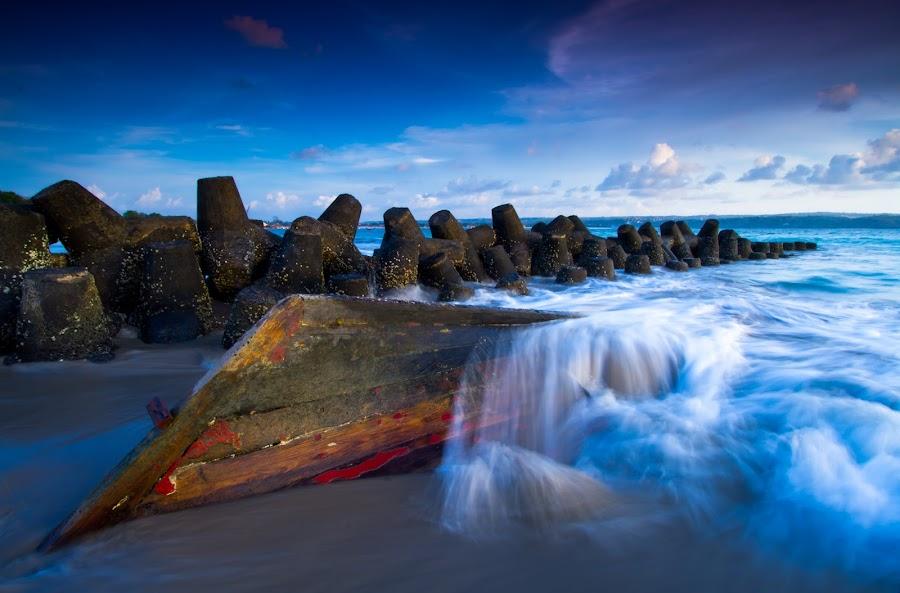 spashing waves on boat by Gus aik Pradnyana Putra - Landscapes Beaches ( spashing, sky blue, waves, beton, water blow, beach, kapal karam, boat, closed airport )