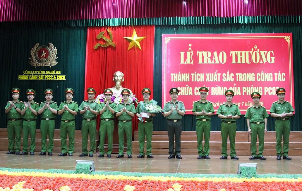 Lãnh đạo Công an tỉnh tặng hoa chúc mừng cho tập thể lãnh đạo đơn vị