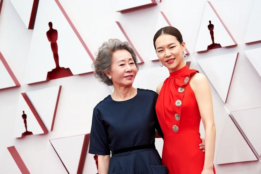 Las actrices de Minari Youn Yuh-jung y Han Ye-ri. a su llegada a la gala.
