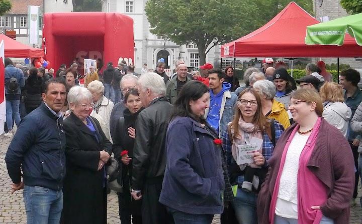 Teilnehmer*innen der Maikundgebung vor den Zelten der Parteien.