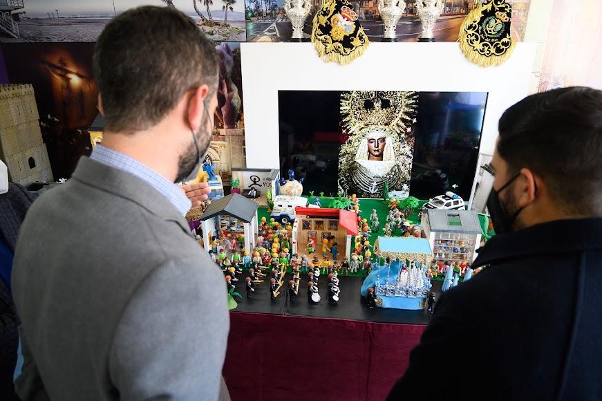 Visualmente la exposición recrea procesiones que recorren las calles de la ciudad de Almería.