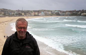 Photo: Onnellinen turisti hiekkarannalla