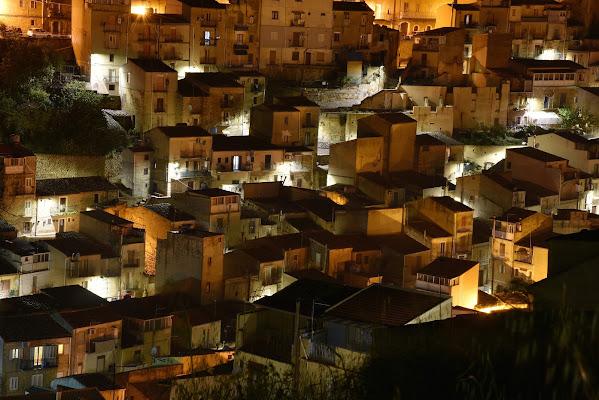 arriva la notte si accendono le luci  di isidoro
