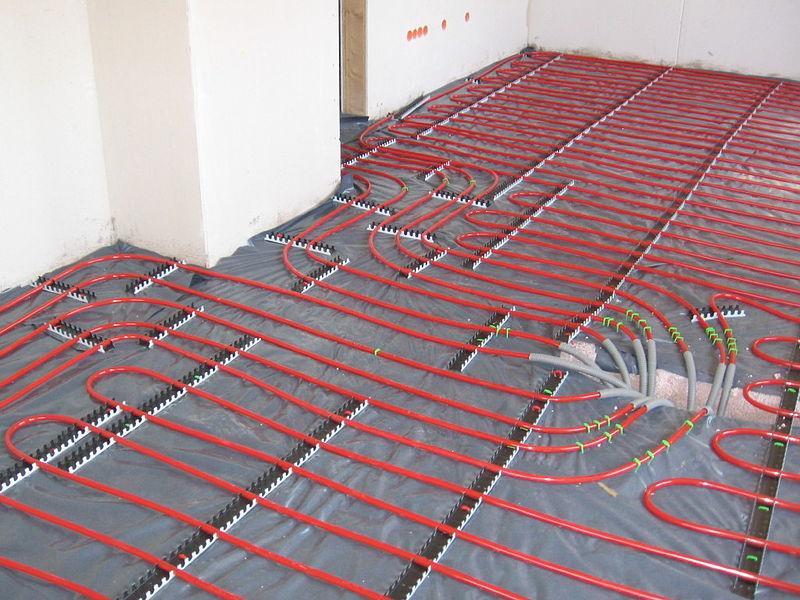 Ogrzewanie podłogowe zapewnia wysoki komfort mieszkania i jest chętnie wybierane przez właścicieli nowych domów.