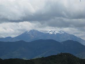 Photo: przykryty chmurami wulkan cotopaxi