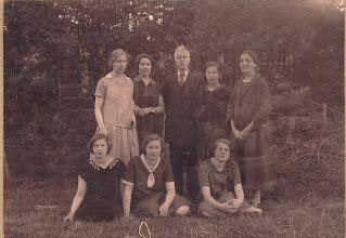 Photo: Staand vlnr: Femia, Ans, vader Jurriaan van der Vliet, Claudia, moeder Johanna Cornelia Snel. Zittend vlnr: Bep, Joos, Emma. De foto is genomen aan 't Paadje in Laren rond 1930