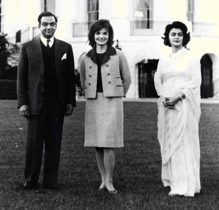 a4ed431049855 Another time Jackie wore the pink suit on the White House lawn.