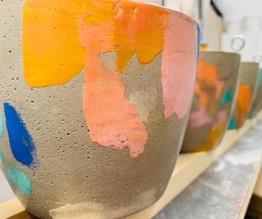 realisation de pot en béton avec effet tie and die pour la marque izipizi