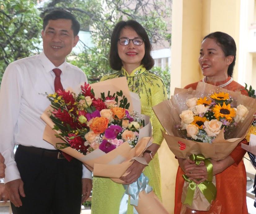 Cô Trần Thị Minh Nguyệt (ngoài cùng bên phải) cùng đồng nghiệp nhận hoa chúc mừng của lãnh đạo Sở Giáo dục và Đào tạo