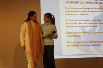 Photo: Josefina y su ayudante en el taller de los beneficios del Yoga.