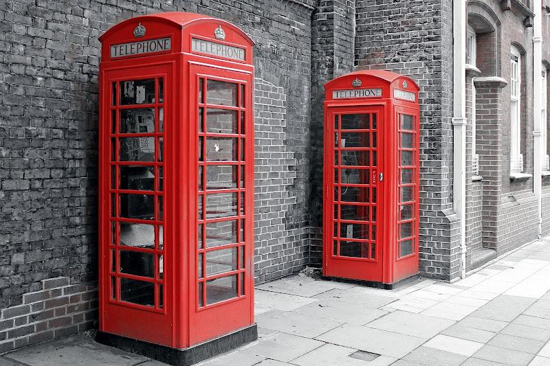 Red telephone boxes di GVatterioni