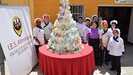Alumnado y profesorado junto a la tarta