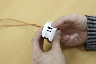 Photo: モータの軸がギザギザにかみ合うようにはめ込みます。写真くらいに手がひらいた角度はめ込んでください。