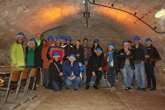 Photo: Gruppenbild im Kellergewölbe