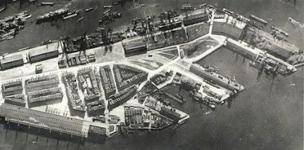 Photo: [1933 ©-verzameling Gemeentearchief Rotterdam CAT III 163.03 B] - http://www.gemeentearchief.rotterdam.nl - uit eerdergenoemde kaart hier Katendrecht-Vuist en detail.