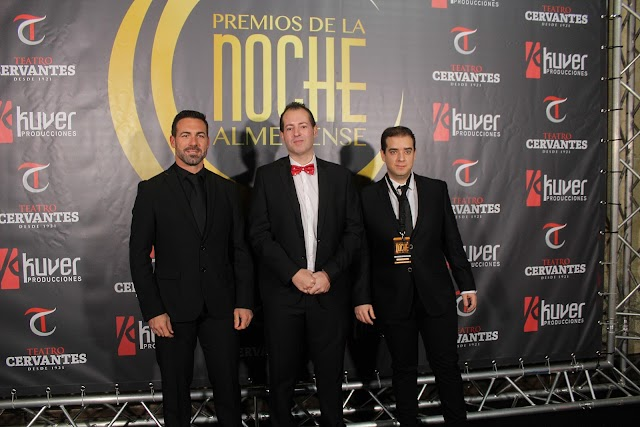Curro Verdegay, organizador de los Premios, en el photocall y situado entre Antonio Cobos y Miguel Ángel Mañas.