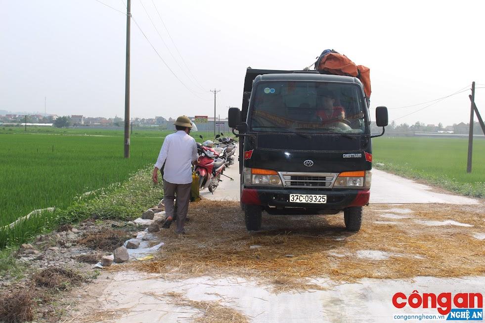 Tiến hành phun tiêu độc khử trùng đối với những phương tiện ra vào địa bàn