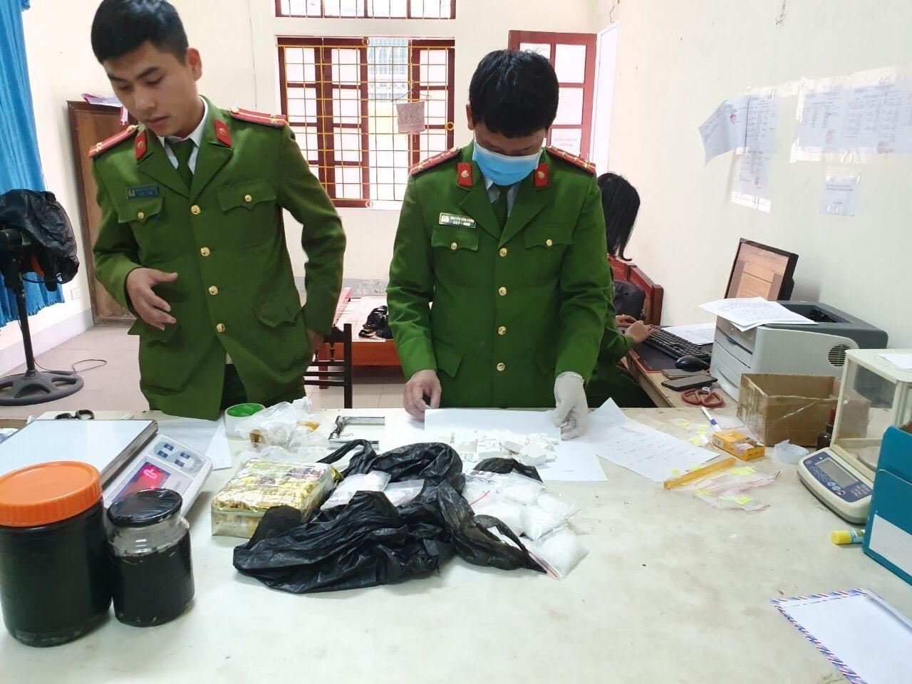 Lực lượng chức năng kiểm đếm tang vật vụ án