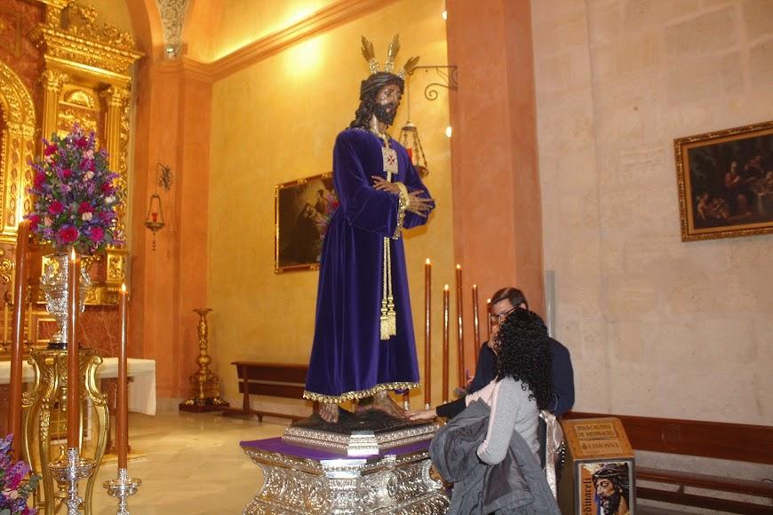 Asistentes al tradicional Besapiés al Señor Cautivo de Medinaceli.