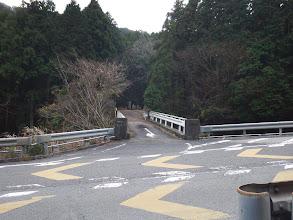 一号に出て暫く進むと本来の橋の道(奥に墓場)