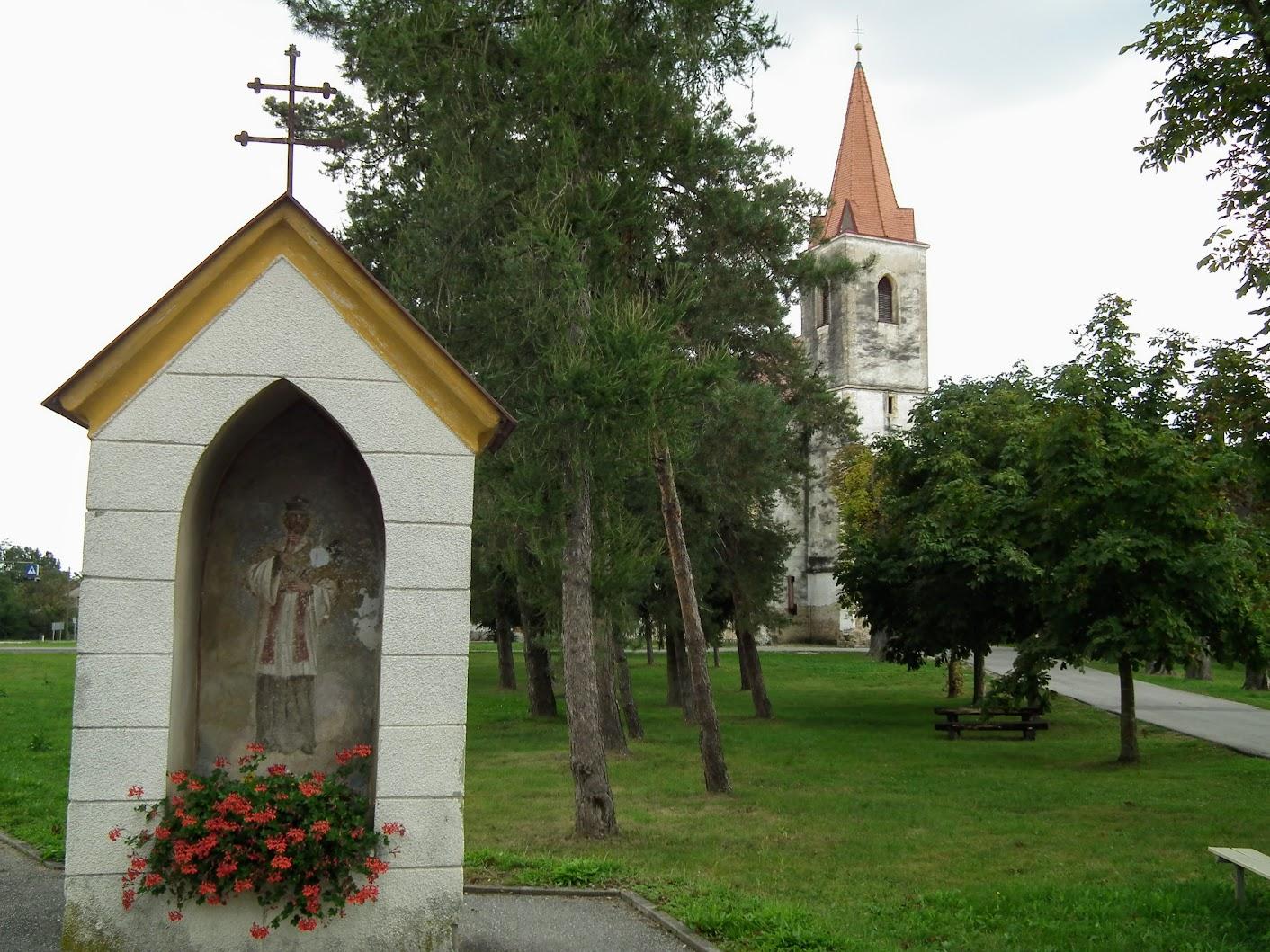 Tišina (Csendlak) - znamenje pri cerkvi (képoszlop a templomnál)