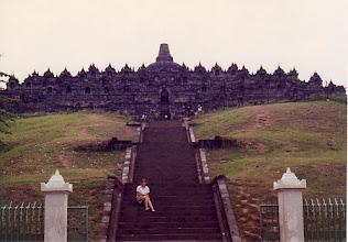 Photo: Menchusantos en el templo de Borobudur, Yogyakarta, Java, en nuestra Luna de miel (octubre de 1990)