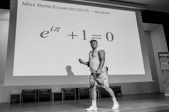 """Photo: En el tiempo para el concurso de belleza de Naukas15, Arturo pasea su modelo """"Euler beach""""."""